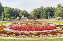 El parque de Sokolniki con la gente, los turistas y los marinos del ejército de la marina de guerra disfrutan del día de verano Imagenes de archivo