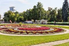 El parque de Sokolniki con la gente, turistas disfruta del día de marinos del ejército de la marina de guerra Fotografía de archivo libre de regalías
