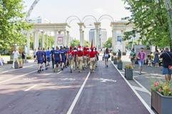 El parque de Sokolniki con la gente y los turistas disfrutan del día de marinos del ejército de la marina de guerra Foto de archivo libre de regalías