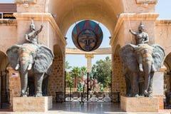 El parque del agua con una entrada delantera asegurada protegida por los elefantes de la guerra, Yasmine Hammame imágenes de archivo libres de regalías