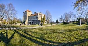 El parque del castillo de Tata en la primavera, Hungría Fotografía de archivo