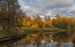 El parque del paisaje en Pavlovsk El amanecer frío Foto de archivo