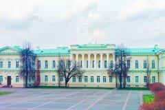 El parque en el palacio presidencial en el viejo centro de ciudad Vilna entonó imagen de archivo