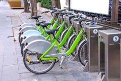 El parquear de las bicicletas Fotos de archivo libres de regalías