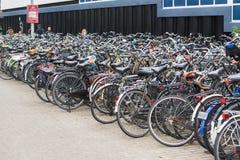 El parquear de las bicis imagen de archivo libre de regalías
