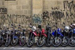 El parquear de las motocicletas Imágenes de archivo libres de regalías