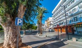 El parquear de las personas discapacitadas disponible en los mercados locales en Ibiza Día soleado caliente en St Antoni de Portm Imagen de archivo