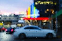 El parquear en el aeropuerto Vista de coches en el estacionamiento a trav?s de la lluvia Los temas del tiempo y del vuelo retrasa fotos de archivo libres de regalías