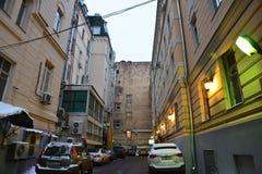 El parquear en la vieja yarda de la corte en el centro de Moscú foto de archivo libre de regalías