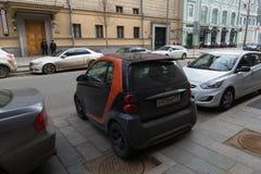 El parquear en las calles de los pequeños coches de Moscú Imágenes de archivo libres de regalías