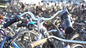 El parquear para las bicicletas en dos niveles en la estación de tren de la tubería de Eindhoven Europa, Países Bajos almacen de video