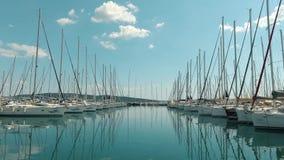 El parquear para los barcos en el puerto deportivo metrajes