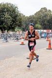 El participante del triathlon anual comienza en la raza en Ahziv, Imagen de archivo libre de regalías
