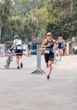 El participante del triathlon anual comienza en la raza en Ahziv, Fotos de archivo libres de regalías