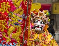 El participante enmascarado del nuevo desfile chino del año en París Fotografía de archivo