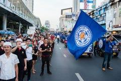 El partidario agita la bandera de la ciudad FC de Leicester mientras que espera el desfile Imágenes de archivo libres de regalías