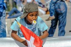 El partidario joven con el casquillo disfruta de deporte en los campeonatos de Orienteering del mundo en Lausanne, Suiza foto de archivo
