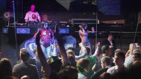 El partido apretado en el club de noche, los bailarines atractivos se realiza en escena metrajes
