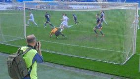 El partido de fútbol, jugador toma un tiro libre almacen de metraje de vídeo