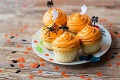 El partido de Halloween adornó las magdalenas en la placa Imagen de archivo