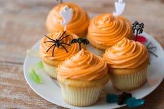 El partido de Halloween adornó las magdalenas en la placa Fotos de archivo