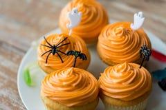 El partido de Halloween adornó las magdalenas en la placa Imágenes de archivo libres de regalías