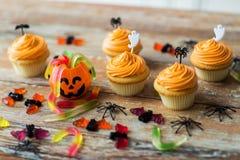 El partido de Halloween adornó las magdalenas en la tabla de madera Fotografía de archivo