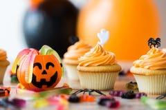 El partido de Halloween adornó las magdalenas en la tabla de madera Fotografía de archivo libre de regalías
