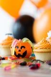El partido de Halloween adornó las magdalenas en la tabla de madera Imagen de archivo libre de regalías