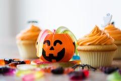 El partido de Halloween adornó las magdalenas en la tabla de madera Foto de archivo libre de regalías