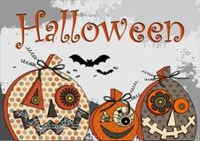 El partido de Halloween estilizó las calabazas festivas en fondo del grunge en la inscripción de los tonahs y siluetas grises y n Fotos de archivo