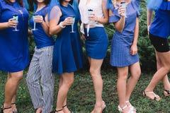 El partido de la soltera, muchachas en vestidos azules con los vidrios de champ?n se est? divirtiendo fotos de archivo libres de regalías