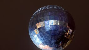 El partido enciende la bola de discoteca, bola de espejo en fondo oscuro del cielo de la noche almacen de video