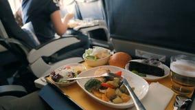El pasajero come la comida a bordo del avión almacen de metraje de vídeo