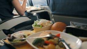 El pasajero come la comida a bordo del avión almacen de video