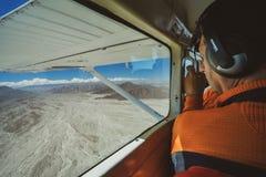 El pasajero en el aeroplano y miradas sobre las líneas famosas de Nazca imágenes de archivo libres de regalías