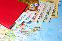 El pasaporte con las tarjetas de crédito y sudcoreano ganaron Imagen de archivo libre de regalías