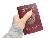 El pasaporte de la Federación Rusa en mano femenina Foto de archivo libre de regalías