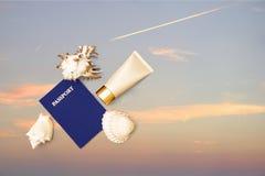 El pasaporte, sol creen la crema y las cáscaras, cielo imagen de archivo
