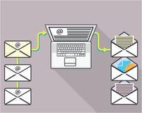 El pasar a través de correos electrónicos en el ordenador portátil Imagen de archivo