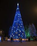 El paseo de los ciudadanos alrededor del árbol de navidad Imagenes de archivo