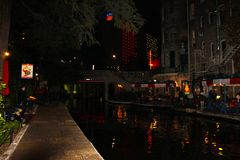 El paseo del río en la noche con las luces que reflejan en el agua en resturants laterales del canal y del río abre a San Antonio fotografía de archivo libre de regalías