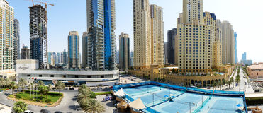 El paseo en la residencia de la playa de Jumeirah Imágenes de archivo libres de regalías