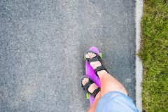 El paseo en el pequeño monopatín del color Fotos de archivo libres de regalías