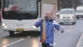 El paseo joven del muchacho, canta en micrófono megabus Raza de retransmisión de llama olímpica de Sochi en St Petersburg almacen de metraje de vídeo