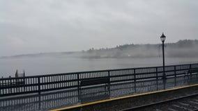 El paseo marítimo de niebla Fotos de archivo
