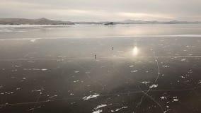 El paseo tur?stico de la gente va en superficie lisa El lago Baikal pintoresco agrieta morones claros brillantes azules del hielo almacen de metraje de vídeo