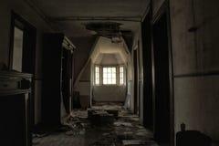 El pasillo abandonado de la mansión en Europa fotos de archivo