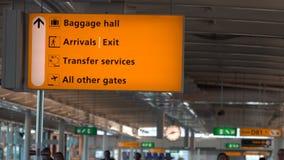 El pasillo de equipaje, las llegadas, la transferencia y las puertas firman en el aeropuerto internacional almacen de video