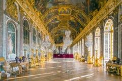 El pasillo de espejos en el palacio de Versalles fotos de archivo